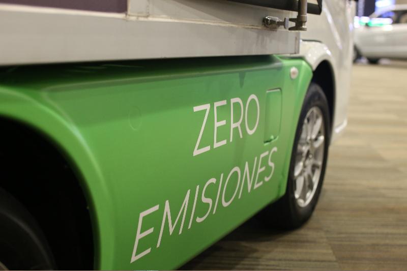 Fotografía de detalle de auto eléctrico cero emisiones